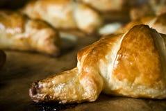 Verse gebakken bruine glanzende en heerlijke croissantcake of pastei royalty-vrije stock foto's
