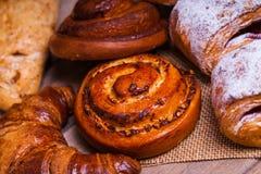 Verse gebakken eigengemaakte broodjes en broodjes stock afbeelding