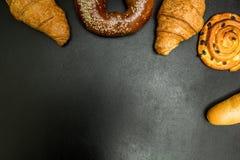Verse gebakken goederen op een zwarte achtergrond, met ruimte voor tekst royalty-vrije stock foto's