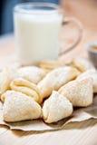 Verse gebakken kaaskoekjes met melk, close-up Royalty-vrije Stock Foto's