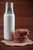 Verse gebakken koekjes met fles melk Royalty-vrije Stock Foto's