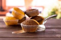Verse gebakken marmeren muffin met boeken op venster stock afbeeldingen