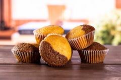 Verse gebakken marmeren muffin met boeken op venster royalty-vrije stock afbeelding
