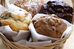 Verse Gebakken Muffins in Mand Stock Foto's