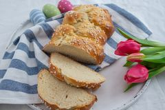 Verse gebakken Pasen-Brioche met Paaseieren op een lijst stock afbeeldingen