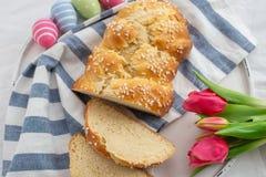 Verse gebakken Pasen-Brioche met Paaseieren op een lijst royalty-vrije stock fotografie