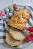 Verse gebakken Pasen-Brioche met Paaseieren op een lijst stock foto