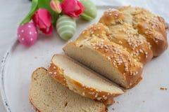 Verse gebakken Pasen-Brioche met Paaseieren op een lijst royalty-vrije stock foto