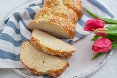 Verse gebakken Pasen-Brioche met Paaseieren op een lijst royalty-vrije stock afbeelding