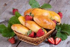 Verse gebakken pasteien met aardbeien in een mandclose-up Royalty-vrije Stock Afbeelding