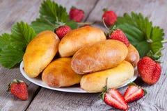 Verse gebakken pasteien met aardbeien op plaatclose-up Royalty-vrije Stock Foto