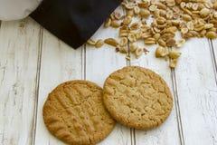 Verse gebakken pindakaaskoekjes met chef-kokshoed Stock Afbeeldingen