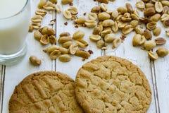 Verse gebakken pindakaaskoekjes met glas melk en pinda's Royalty-vrije Stock Fotografie