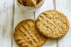 Verse gebakken pindakaaskoekjes met pindakaas Royalty-vrije Stock Foto's
