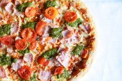 Verse gebakken pizza royalty-vrije stock afbeeldingen