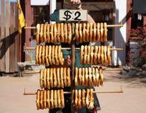 Verse gebakken pretzels voor verkoop royalty-vrije stock foto's