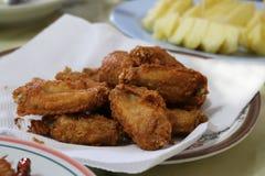 Verse gebraden die kip op een plaat op een lijst wordt geplaatst Stock Foto