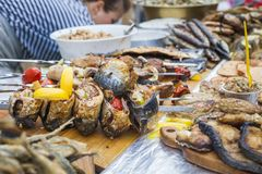 Verse gebraden en gebakken vissen op de teller Royalty-vrije Stock Fotografie