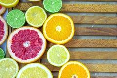 Verse gehakte plakken van verschillende types van citrusvrucht Royalty-vrije Stock Foto's