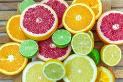 Verse gehakte plakken van verschillende types van citrusvrucht Royalty-vrije Stock Fotografie