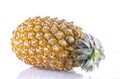 Verse gehele ananas op een witte achtergrond Stock Fotografie