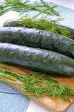 Verse gehele komkommers en de kant van het dilleportret wijd Royalty-vrije Stock Foto