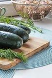 Verse gehele komkommers en het zijgewas van het dilleportret Stock Fotografie