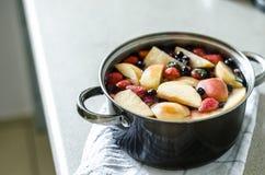 Verse gekookte traditionele Russische kompot met aardbeien, bosbessen en braambessen Stock Afbeelding