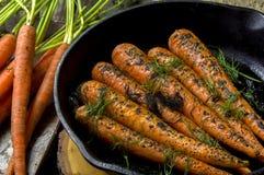 Verse gekookte wortelen in een gietijzerkoekepan Royalty-vrije Stock Foto's