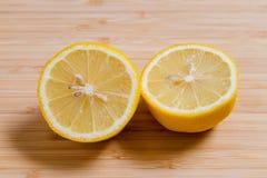 Verse gele citroenenplakken op een houten achtergrond zoete kalk, vitamine C De plak van de citroen royalty-vrije stock afbeeldingen