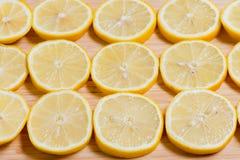 Verse gele citroenenplakken op een houten achtergrond zoete kalk, vitamine C De plak van de citroen stock foto's