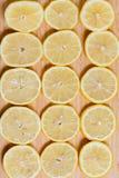 Verse gele citroenenplakken op een houten achtergrond zoete kalk, vitamine C De plak van de citroen stock afbeelding