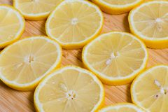 Verse gele citroenenplakken op een houten achtergrond zoete kalk, vitamine C De plak van de citroen royalty-vrije stock foto's