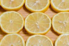 Verse gele citroenenplakken op een houten achtergrond zoete kalk, vitamine C De plak van de citroen stock foto