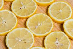 Verse gele citroenenplakken op een houten achtergrond zoete kalk, vitamine C De plak van de citroen royalty-vrije stock foto