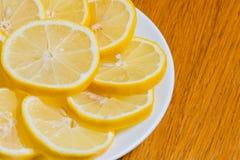Verse gele citroenenplakken op een houten achtergrond zoete kalk, vitamine C De plak van de citroen royalty-vrije stock afbeelding