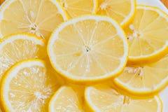 Verse gele citroenenplakken op een houten achtergrond zoete kalk, vitamine C De plak van de citroen royalty-vrije stock fotografie