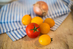 Verse gele tomaten en ui Stock Foto's