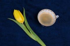 Verse gele tulpen en een kop van koffie Stock Foto