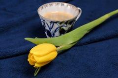Verse gele tulpen en een kop van koffie Royalty-vrije Stock Fotografie