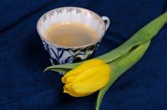 Verse gele tulpen en een kop van koffie Royalty-vrije Stock Foto's