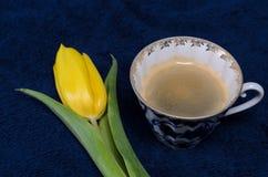 Verse gele tulpen en een kop van koffie Royalty-vrije Stock Afbeeldingen