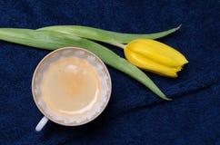 Verse gele tulpen en een kop van koffie Stock Fotografie