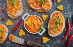 Verse gemaakte die Boter met paprika, Spaanse peper en kerrie op smaak wordt gebracht stock afbeelding