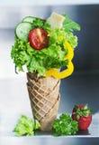 Verse gemaakte groene salade met ingrediënten in wafeltje stock fotografie