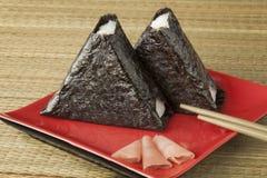 Verse gemaakte Japanse die onigiri in zeewier wordt ingepakt royalty-vrije stock foto