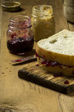 Verse gemaakte pindakaas en geleisandwich Royalty-vrije Stock Afbeeldingen