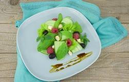Verse gemengde groentensalade op een lijst Royalty-vrije Stock Foto