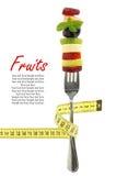 Verse gemengde plakken van vruchten op een vork Stock Foto's
