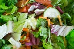 Verse gemengde salade met verschillende groenten voor gezond vegetarisch voedsel stock foto's